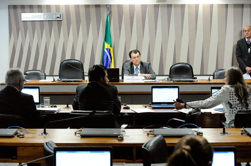 Comissão de Serviços de Infraestrutura (CI) realiza reunião deliberativa com 13 itens. Entre eles, o PLS 277/2015, que incentiva geração de energia elétrica.  À mesa, presidente da CI, senador Eduardo Braga (MDB-AM) conduz reunião.  Bancada: senador Roberto Muniz (PP-BA);  senador Valdir Raupp (MDB-RO);  senadora Vanessa Grazziotin (PCdoB-AM) - em pronunciamento.  Foto: Geraldo Magela/Agência Senado