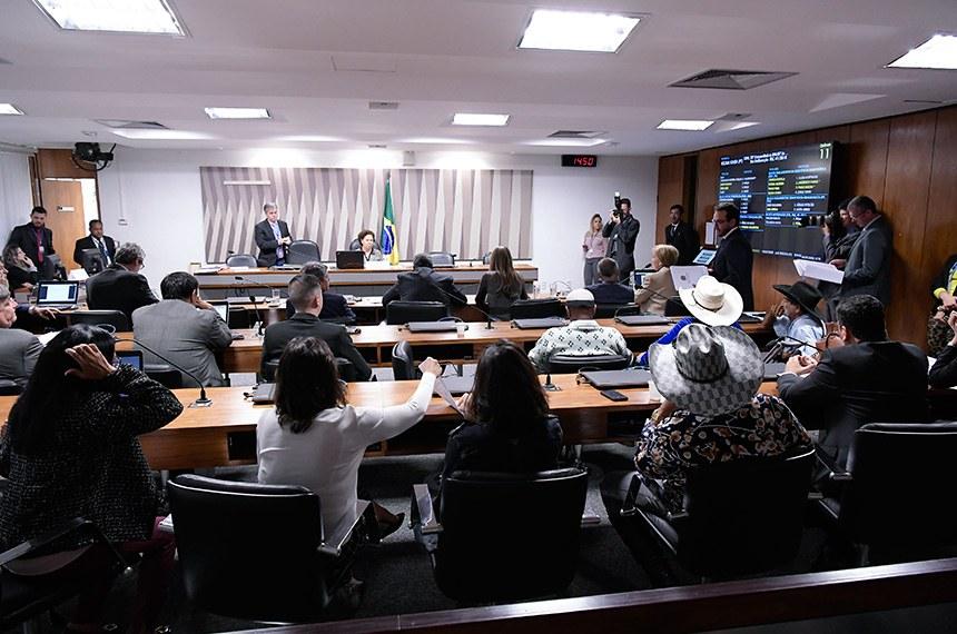 Comissão de Direitos Humanos e Legislação Participativa (CDH) realiza reunião com 29 itens na pauta. Entre eles, o PLS 382/2011, que obriga cota de brinquedos para crianças com deficiência em shoppings.  À mesa, presidente da CDH, senadora Regina Sousa (PT-PI).  Foto: Waldemir Barreto/Agência Senado