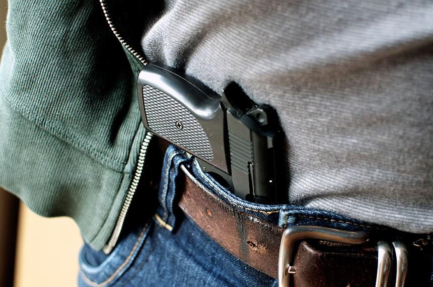 Tucked in a belt pistol being concealed  ----------  Revolver, pistola, escondida do cinto ou cintura de portador