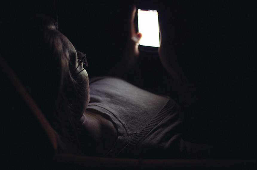 Young woman using mobile phone in dark room at night  ------  Jovem mulher usa smartphone, celular com internet, a noite no escuro