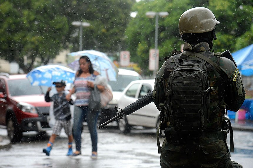 Forças Armadas fazem  operação conjunta com as polícias Civil e Militar em comunidades na zona oeste da cidade. Os militares estão apoiando as comunidades de Vila Kennedy, Vila Aliança e Coreia.