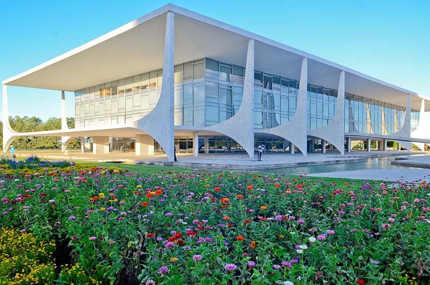 Praça dos Três Poderes.  Idealizada por Lúcio Costa e projetada por Oscar Niemeyer, é um amplo espaço cívico que integra o Congresso Nacional, Palácio do Planalto e o Supremo Tribunal Federal, sedes dos Três Poderes da República: Legislativo, Executivo e Judiciário.  Foto: Ana Volpe/Agência Senado