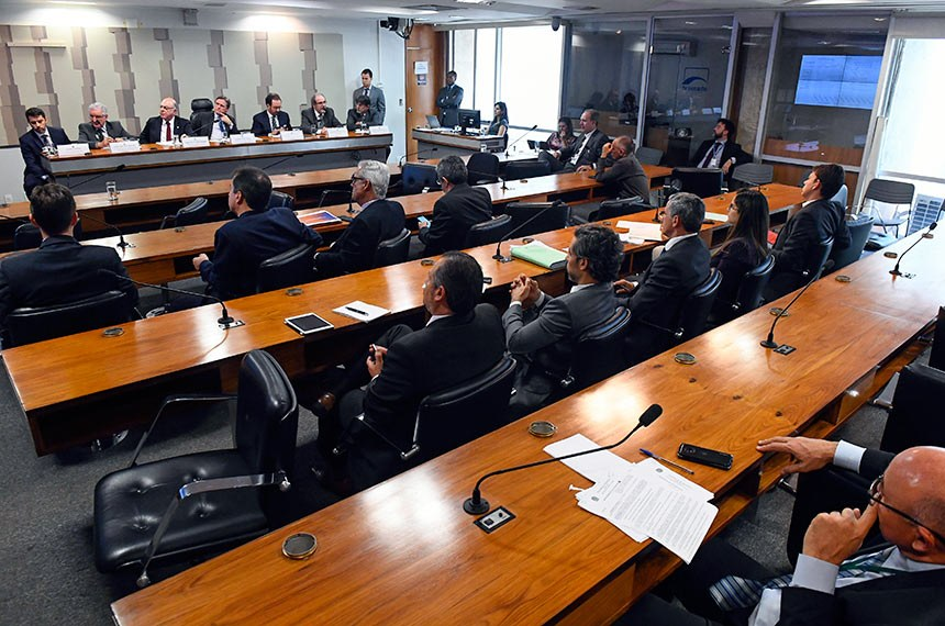 Comissão Mista da Medida Provisória nº 838, de 2018, que dispõe sobre a concessão de subvenção econômica à comercialização de óleo diesel, realiza audiência pública para debater a MP.   Mesa:  assessor jurídico da União Nacional dos Caminhoneiros (Unicam), Gilberto Freire;  vice-diretor de Comunicação da Associação dos Engenheiros da Petrobrás (Aepet), Fernando Leite Siqueira;  relator da CMMPV 838/2018, deputado Arnaldo Jardim (PPS-SP);  presidente da CMMPV 838/2018, senador Dário Berger (MDB-SC);  presidente da Distribuidoras de Combustíveis, Lubrificantes, Logística e Conveniência - Plural, Leonardo Gadotti;  consultor legislativo aposentado da Câmara dos Deputados, Paulo Cesar Ribeiro Lima;  presidente da Federação dos Caminhoneiros Autônomos de Carga em Geral-SP, Norival de Almeida Silva.  Foto: Marcos Oliveira/Agência Senado
