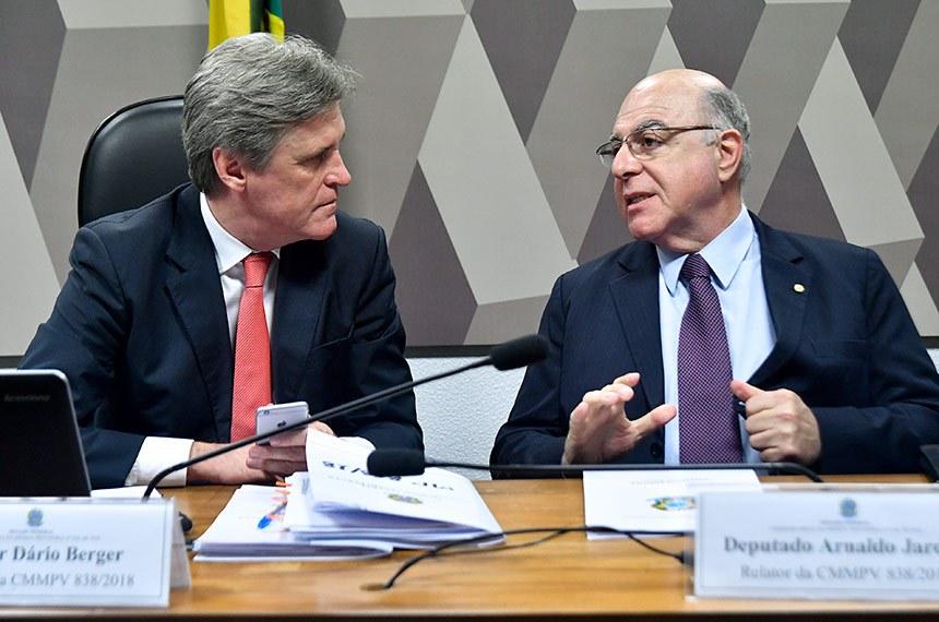 Comissão Mista da Medida Provisória (CMMPV) nº 838, de 2018, que dispõe sobre a concessão de subvenção econômica à comercialização de óleo diesel, realiza reunião deliberativa para apresentação e votação do relatório.   Mesa:  presidente da CMMPV 838/2018, senador Dário Berger (MDB-SC);  relator da CMMPV 838/2018, deputado Arnaldo Jardim (PPS-SP).  Foto: Geraldo Magela/Agência Senado