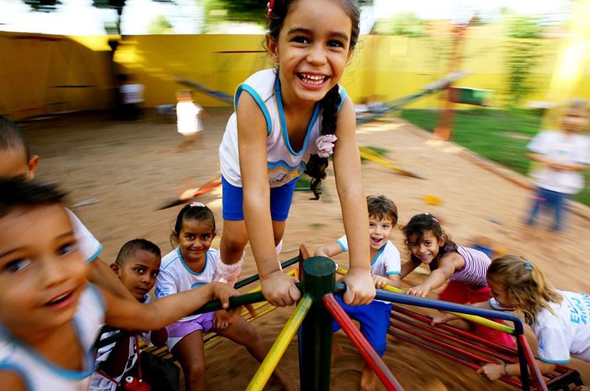 Data: Quinta, 17 de junho de 2010 - Crianças, alunos da Escola Estadual Manoel Marinheiro, em Tangará da Serra, brincam no paquinho da escola.