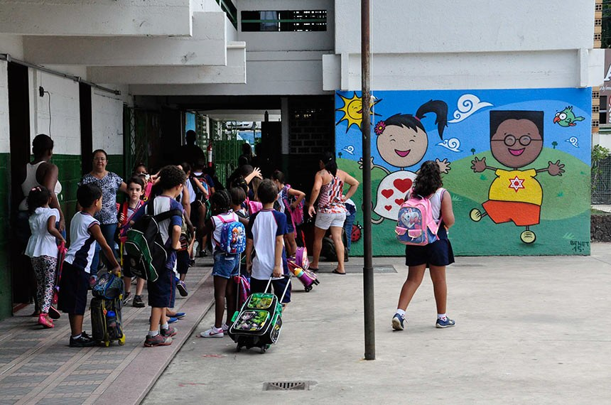 Volta às aulas movimenta escolas de Contagem em Minas Gerais.   Aproximadamente 53 mil alunos e 4 mil educadores voltaram às salas de aula na terça-feira (02/02).