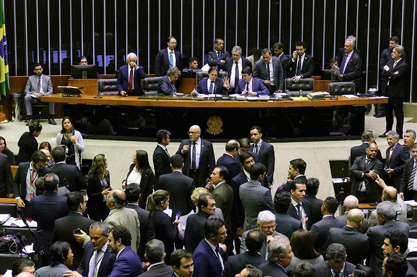 Sessão do Congresso Nacional destinada a deliberação sobre o PLDO. À mesa: presidente do Senado, senador Eunício Oliveira; secretário-geral da Mesa, Luiz Fernando Bandeira de Mello Filho