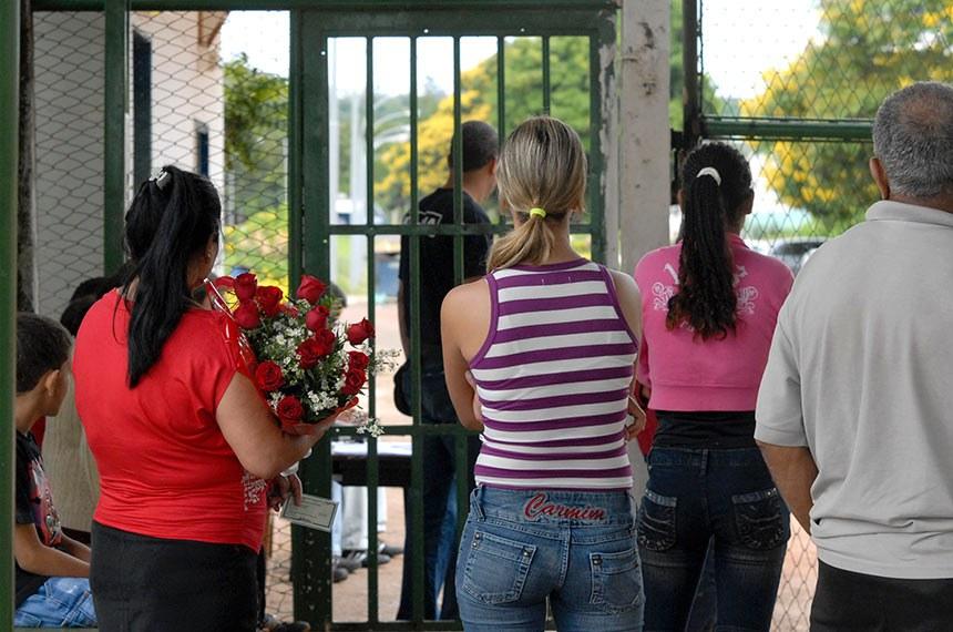 Portão principal do Presídio Feminino de Brasília, conhecido como Colméia. Cerca de 50 detentas poderão deixar provisoriamente o complexo penitenciário durante o feriado, beneficiadas pelo chamado Saidão de Natal   Foto: Antônio Cruz/ABr