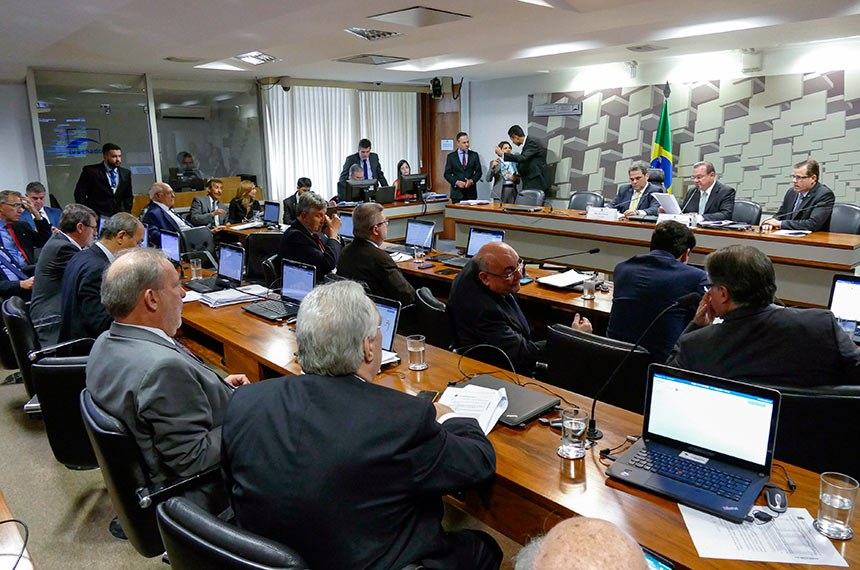 Comissão Mista Especial sobre a Lei Kandir (CME Lei Kandir) realiza reunião para apreciação do relatório final.  Mesa: presidente da CME Lei Kandir, deputado José Priante (PMDB-PA); relator da CME Lei Kandir, senador Wellington Fagundes (PR-MT); deputado Leonardo Quintão (PMDB-MG).  Bancada: deputado Joaquim Passarinho (PSD-PA); deputado Fabio Garcia (DEM-MT); senador Flexa Ribeiro (PSDB-PA); senador Antonio Anastasia (PSDB-MG); deputado Luis Carlos Heinze (PP-RS); senador Lasier Martins (PSD-RS).  Foto: Roque de Sá/Agência Senado