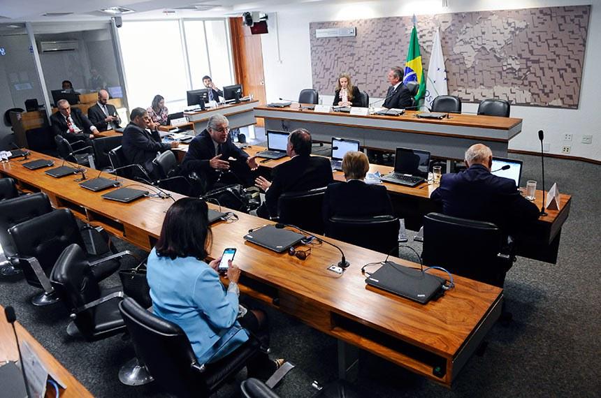 Comissão de Relações Exteriores e Defesa Nacional (CRE) realiza reunião para instalação do Grupo Parlamentar Brasil-Coreia do Norte (GPCOREIADONORTE).   À mesa: senadora Vanessa Grazziotin (PCdoB-AM); presidente da CRE, senador Fernando Collor (PTC-AL).  Foto: Pedro França/Agência Senado