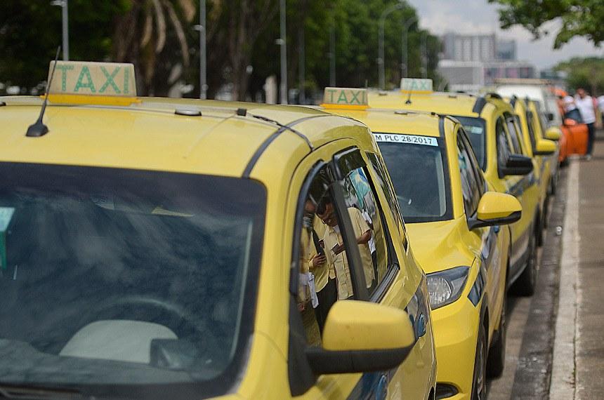 Brasília - Taxistas estacionam na esplanada dos Ministérios, em protesto contra o transporte por aplicativos (Marcello Casal Jr/Agência Brasil)