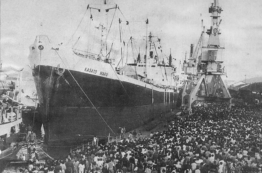 Kasato Maru, navio que trouxe os primeiros imigrantes japoneses para o Brasil, atracado no armazém 14 do porto de Santos em 1908.
