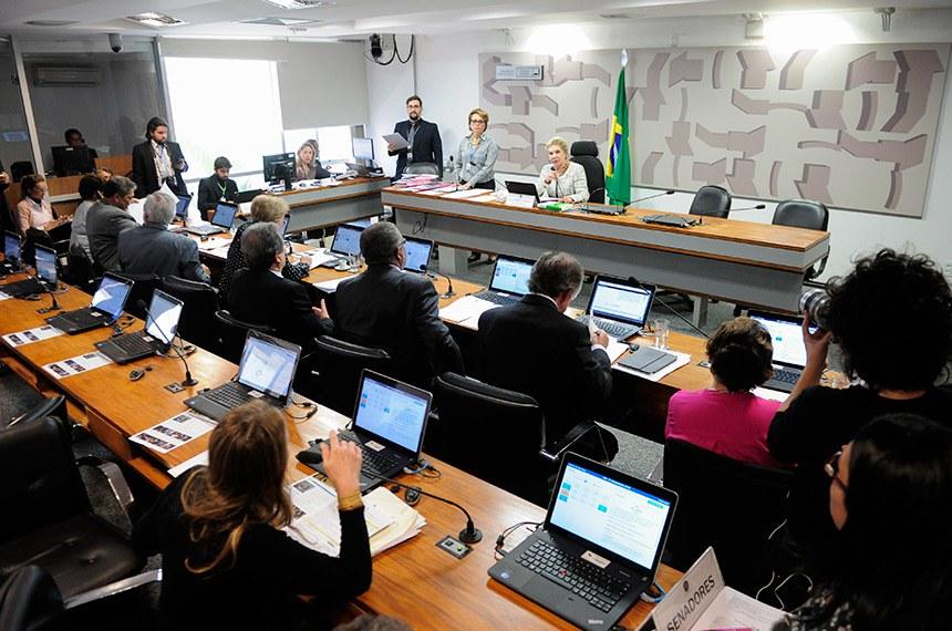 Comissão de Assuntos Sociais (CAS) realiza reunião com 16 itens. Entre eles, o PLC 73/2011, que trata do pagamento dos honorários de intérprete judicial.  À mesa, presidente da CAS, senadora Marta Suplicy (PMDB-SP).  Bancada: senadora Maria do Carmo Alves (DEM-SE); senador Dalírio Beber (PSDB-SC);  senador Paulo Paim (PT-RS); senador Waldemir Moka (PMDB-MS);  senadora Ana Amélia (PP-RS); senador Airton Sandoval (PMDB-SP); senador Hélio José (Pros-DF); senadora Regina Sousa (PT-PI); senadora Vanessa Grazziotin (PCdoB-AM).  Foto: Pedro França/Agência Senado
