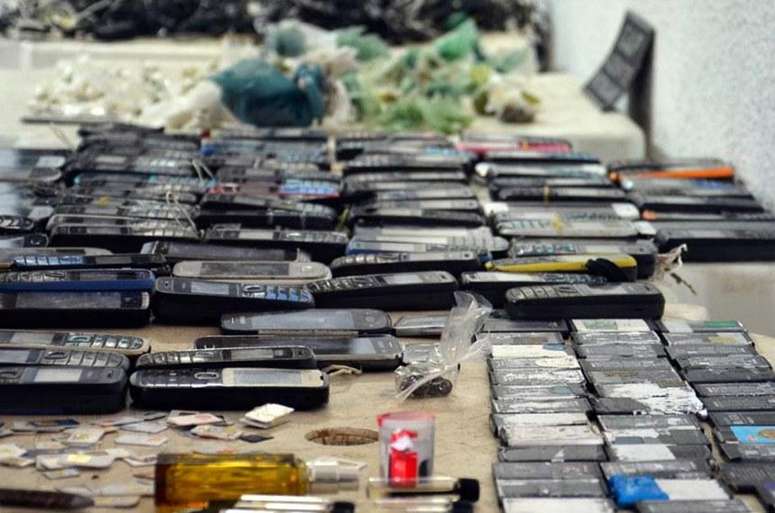 Agentes penitenciários apreendem celulares e drogas em presídio no Ceará.
