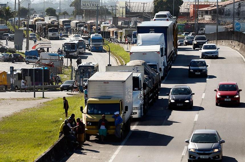Caminhoneiros fazem paralização na BR 101, Niterói-Manilha, na altura de Itaboraí, no Rio de Janeiro.