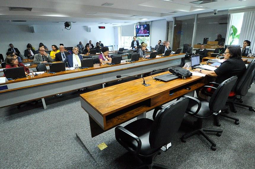 Comissão de Desenvolvimento Regional e Turismo (CDR) realiza reunião deliberativa com 07 itens. Na pauta, o PLC 42/2013, que regulamenta a profissão de salva-vidas.   À mesa, presidente da CDR, senadora Fátima Bezerra (PT-RN).   Bancada:  senadora Lídice da Mata (PSB-BA);  senador Humberto Costa (PT-PE);  senadora Regina Sousa (PT-PI);  senadora Ana Amélia (PP-RS);  senador Antonio Anastasia (PSDB-MG).  Foto: Geraldo Magela/Agência Senado