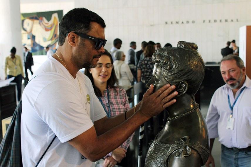 Os visitantes puderam tocar os bustos de personalidades históricas, como o da Princesa Isabel