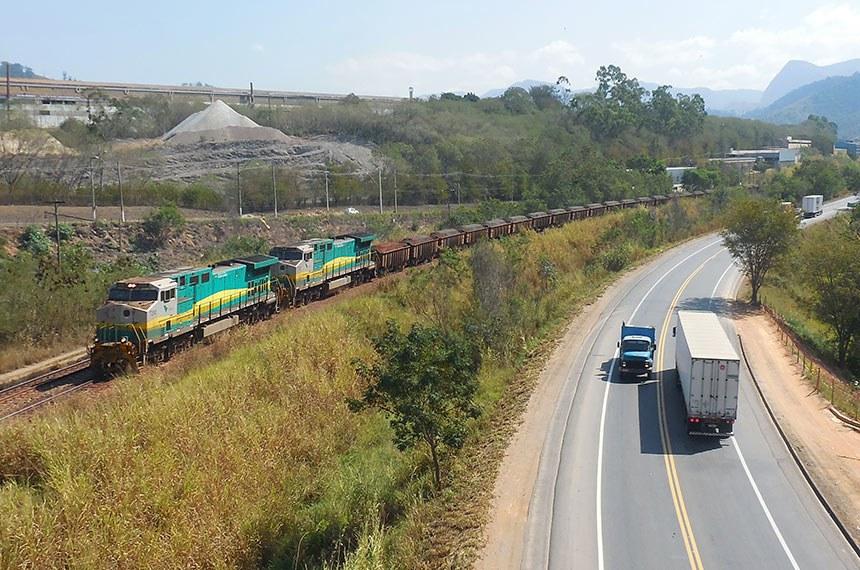 18.07.2016 Trem da Vale transportando minério de ferro pela Estrada de Ferro Vitória a Minas ao lado da BR-381 em Timóteo, Minas Gerais, Brasil.