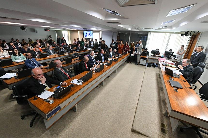 Comissão de Assuntos Econômicos (CAE) realiza reunião com 14 itens. Na pauta, o PLS 163/2018, que exclui precatórios do plano de recuperação fiscal dos estados.  À mesa, presidente eventual da CAE,  senador Dalirio Beber (PSDB-SC) conduz reunião.  Bancada: ex-senador Donizeti Nogueira; senador José Pimentel (PT-CE); senador Raimundo Lira (PSD-PB); senador Fernando Bezerra Coelho (MDB-PE);  senador Eduardo Braga (MDB-AM); senador Otto Alencar (PSD-BA).  Foto: Edilson Rodrigues/Agência Senado