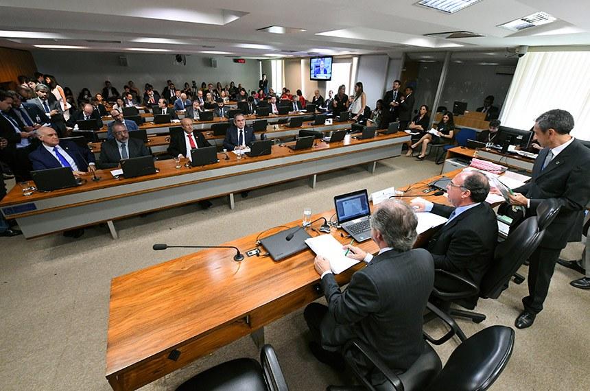Comissão de Assuntos Econômicos (CAE) realiza reunião com 14 itens. Na pauta, o PLS 163/2018, que exclui precatórios do plano de recuperação fiscal dos estados.  À mesa: senador Fernando Bezerra Coelho (MDB-PE); presidente eventual da CAE, senador Dalirio Beber (PSDB-SC).  Bancada: senador Lasier Martins (PSD-RS); senador Paulo Paim (PT-RS); senador José Pimentel (PT-CE); senador Raimundo Lira (PSD-PB).  Foto: Edilson Rodrigues/Agência Senado