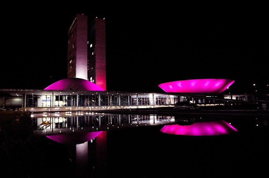 Praça dos Três Poderes - Campanha Outubro Rosa  Congresso Nacional recebe iluminação da campanha Outubro Rosa e chama a atenção da sociedade para a prevenção do câncer de mama.  Foto: Leonardo Sá/Agência Senado
