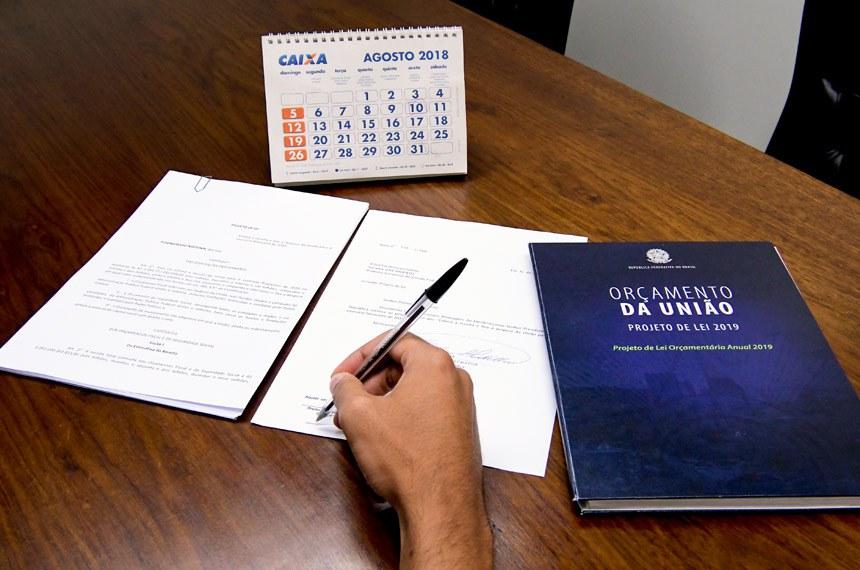 Protocolo do texto do Projeto de Lei Orçamentária Anual (PLOA) 2019 na Secretaria Geral da Mesa (SGM).   Foto: Waldemir Barreto/Agência Senado