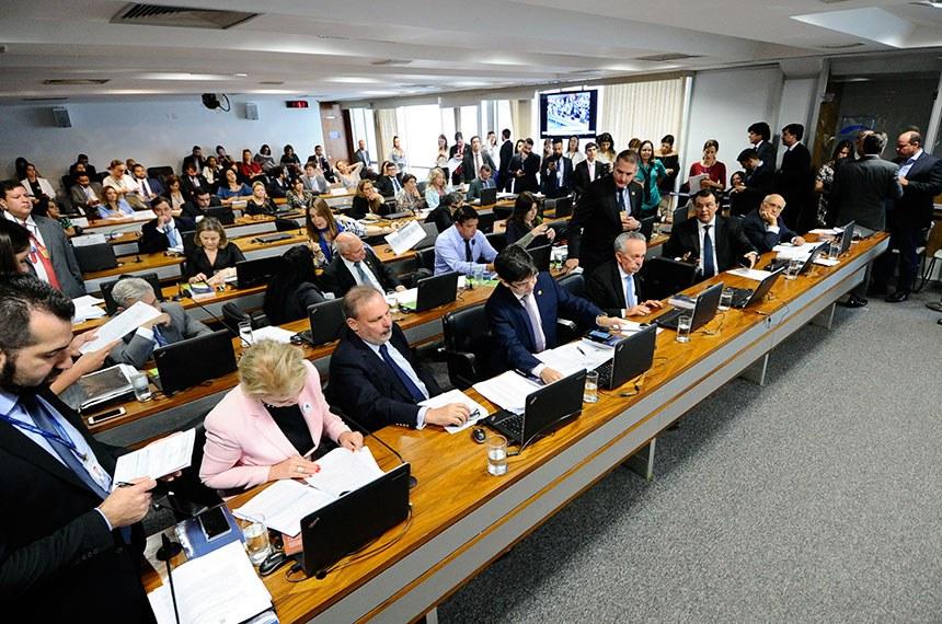 Comissão de Constituição, Justiça e Cidadania (CCJ) realiza reunião com 27 itens na pauta. Entre eles, o PLS 156/2014, que institui o Diário Eletrônico da OAB.   Bancada: senadora Marta Suplicy (PMDB-SP); senador Armando Monteiro (PTB-PE); senador Randolfe Rodrigues (Rede-AP); senador Benedito de Lira (PP-AL); senador Eduardo Braga (PMDB-AM); senador José Pimentel (PT-CE); senador Lasier Martins (PSD-RS).  Foto: Pedro França/Agência Senado