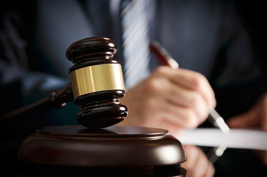 Escritório de advocacia com martelo símbolo da justiça