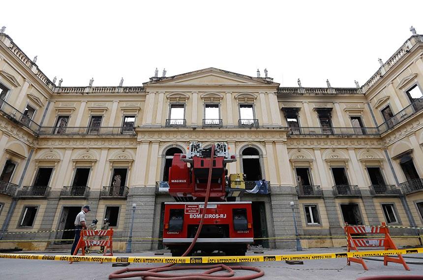 Museu Nacional do Rio de Janeiro continua interditado pela Defesa Civil após ter sido destruído por um incêndio na noite do último domingo.