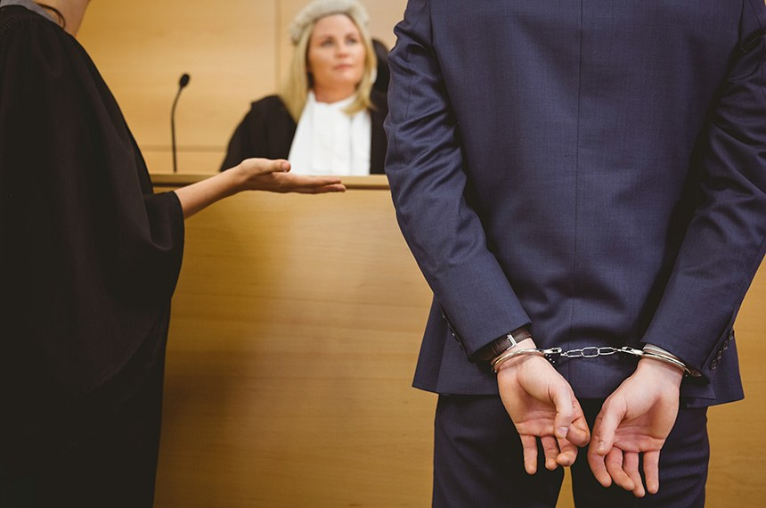 Judge talking with the criminal in handcuffs in the court room  ---------  Julgamento: Juíia durante sentença de prisão