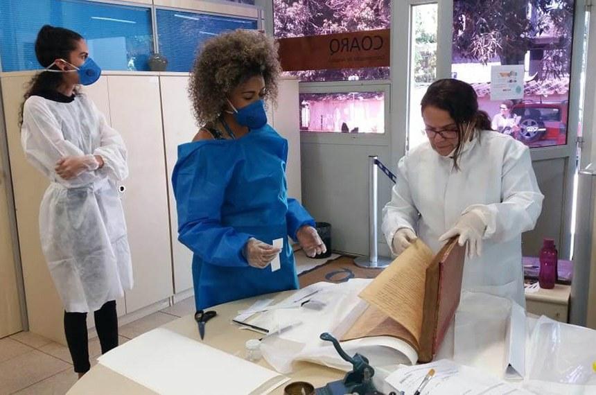 O trabalho é liderado pela pesquisadora da UnB Silmara Küster (à direita), especialista em conservação de obras sobre papel
