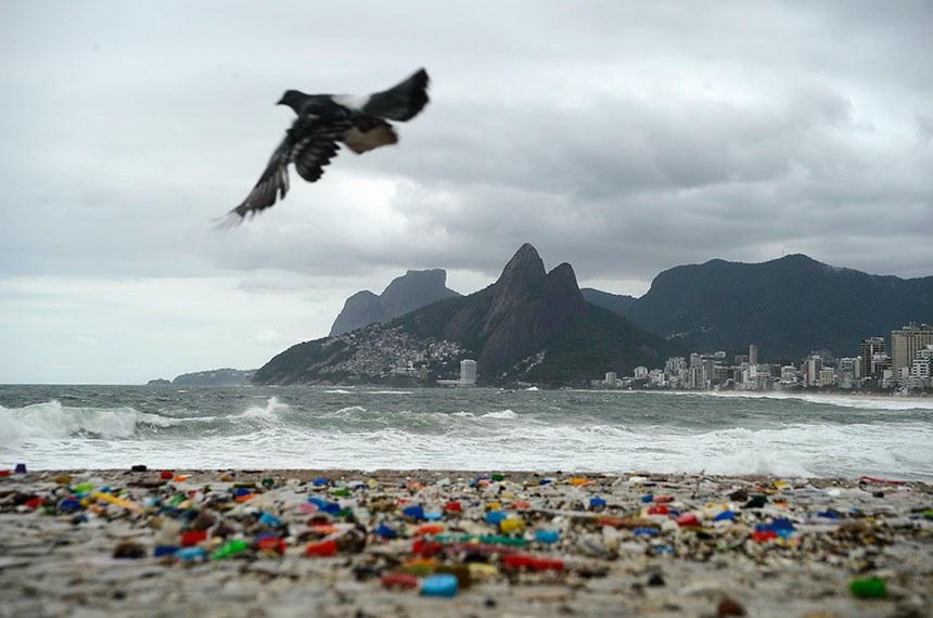 Frente fria provoca ressaca no mar e revela lixo trazido pelas ondas. Praia do Arpoador, zona sul da cidade.
