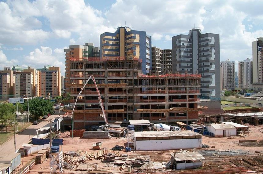Construções de prédios residenciais em Águas Claras - DF