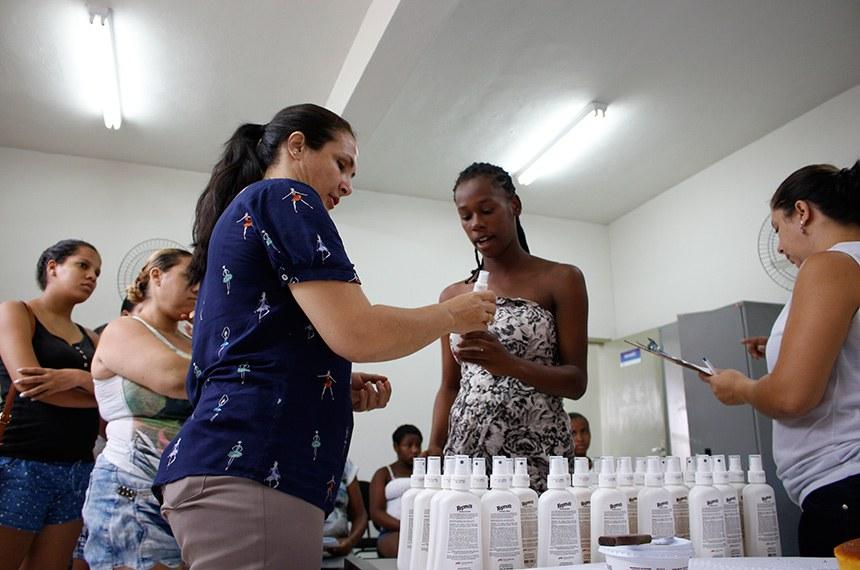 10 DE ABRIL DE 2018 AÇÃO SOMADA AO PRÉ-NATAL REFORÇA PREVENÇÃO CONTRA DENGUE E ZIKA VÍRUS. ara auxiliar as gestantes beneficiárias do Sistema Único de Saúde a se prevenirem contra doenças transmitidas pelo mosquito Aedes Aegypti, como a Dengue, Zika Vírus e Febre Chikungunya, a Prefeitura de Visconde do Rio Branco distribuiu repelente de mosquito nas Unidades de Estratégia Saúde da Família. O investimento municipal é feito para reforçar a prevenção e proteger os bebês em gestação, que podem ter sequelas na formação se a mãe contrair algumas destas doenças. O produto está disponível para todas as gestantes acompanhadas pelas Unidades, sendo reposto durante os meses seguintes.