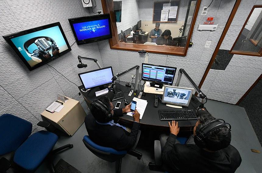 Redação da Rádio Senado após reforma.  Apresentadores: Renato Coelho; Jeziel Carvalho.   Foto: Edilson Rodrigues/Agência Senado