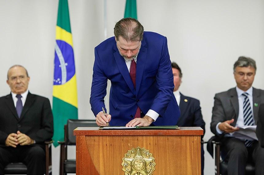 Presidente da República em exercício, Dias Toffoli assina a medida provisória que estende o prazo para adesão dos servidores públicos ao Funpresp