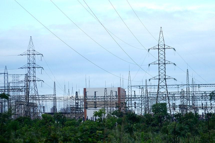 Central Elétrica - Furnas - Subestação Samambaia, operada por Furnas Centrais Elétricas. É a principal subestação de energia elétrica do Distrito Federal. Aqui começa o Linhão Norte/Sul que segue até a subestação da Eletronorte em Imperatriz - MA.   Obs.: Apesar de ter esse nome, a subestação fica localizada na RA do Recanto das Emas (RA-XV).