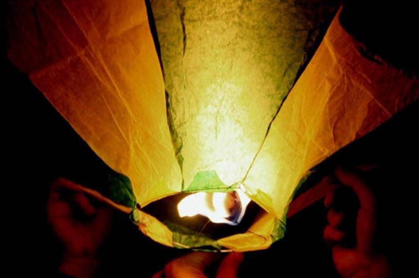 Estamos no período de comemorações juninas. Comidas típicas, muita alegria e decoração caipira. Até aí nada de novo, não é? Mas a verdade é que essa época é bastante temida entre pilotos e envolvidos na aviação. Sabe por quê? É a época em que aumenta a presença de balões no céu, trazendo risco de acidentes para tripulantes e muitas outras pessoas inocentes.   Entre os riscos do perigo baloeiro estão:  a provocação de incêndios de enormes proporções;  a colisão com aeronaves;  a degradação do meio-ambiente.   Foto: Blog Força Aérea