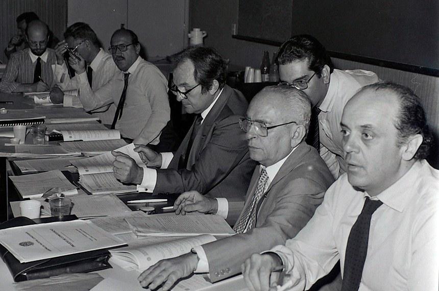 BIE - Comissão de Sistematização teve a responsabilidade de apresentar o Projeto de Constituição I. Participaram os seis relatores das Comissões Temáticas, um representante de cada uma das oito bancadas e os três eleitos em votação plenária, para os cargos de presidente, vice-presidente e relator, escolhidos entre os 55 deputados estaduais.  A tarefa da Comissão foi a compatibilização dos seis anteprojetos elaborados pelas Comissões Temáticas, com a redação do Projeto de Constituição I. A partir daí iniciou-se a fase de Plenário, de acordo com o Regimento Interno.  Concluída a votação, o relator da Comissão de Sistematização redigiu o Projeto de Constituição II. Os textos aprovados foram reorganizados pelo relator e voltaram a Plenário para a votação final. A nova Constituição Do Estado foi promulgada em Sessão Solene, dia 3 de outubro de 1989.  Participam: deputado José Serra; deputado Bernardo Cabral.