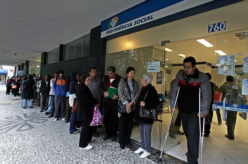CRÉDITO: MARCELO ELIAS/ GAZETA DO POVO DATA: 19/ 10/ 05 Local:CURITIBA-PARANA SERVICOS RUINS / CURITIBAPAR/ MATERIA SOBRE LOCAIS ONDE O SERVICO PUBLICO DE ATENDIMENTO AO USUARIO E RUIM/ NA FOTO FILA NO INSS DA PRACA SANTOS ANDRADE  / NA FOTO FABRIZIO MASCENA USANDO MULETAS , FONE 9223-9119.