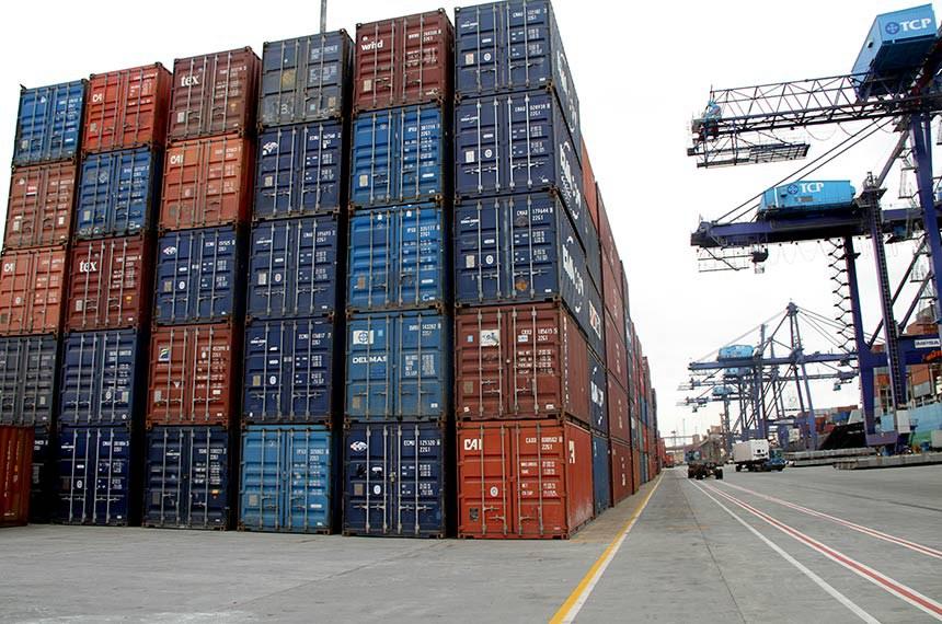 """Exportação de grãos por contêineres- Porto de Paranaguá.  A movimentação de contêineres com produtos, que antes eram exportados ou importados apenas a granel (soltos no porão do navio), está significativamente maior, segundo o registro do Terminal de Contêineres de Paranaguá (TCP). Entre os grãos – soja e milho – esse aumento é de quase 400%. De acordo com os dados do terminal, arrendatário do Porto de Paranaguá, em 2012 foram exportados 1.881 contêineres de soja e milho. Este ano, já são quase 8,8 mil, um aumento de 368%. No caso da importação, se destaca a movimentação de contêineres de fertilizantes. Em 2012, foram 1.259 contêineres dos produtos. Este ano, 2.153</rdf:li> <rdf:li xml:lang=""""x-repair"""">Exportação de grãos por contêineres- Porto de Paranaguá.  A movimentação de contêineres com produtos, que antes eram exportados ou importados apenas a granel (soltos no porão do navio), está significativamente maior, segundo o registro do Terminal de Contêineres de Paranaguá (TCP). Entre os grãos – soja e milho – esse aumento é de quase 400%. De acordo com os dados do terminal, arrendatário do Porto de Paranaguá, em 2012 foram exportados 1.881 contêineres de soja e milho. Este ano, já são quase 8,8 mil, um aumento de 368%. No caso da importação, se destaca a movimentação de contêineres de fertilizantes. Em 2012, foram 1.259 contêineres dos produtos. Este ano, 2.153"""