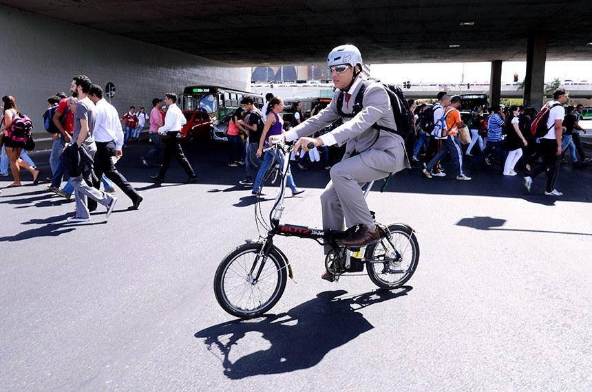 """Afonso Augusto de Morais Filho vai para o trabalho de bicicleta.   Mobilidade Urbana.  Andar de bicicleta é estabelecer um novo formato de estilo de vida urbano da classe média. As sociedades estão saturadas com os carros e as pessoas estão carentes de boa saúde, portanto os novos indicadores do """"bom estilo de vida"""", o andar de bicicleta, passa a ser observado por um novo olhar, uma nova perspectiva."""