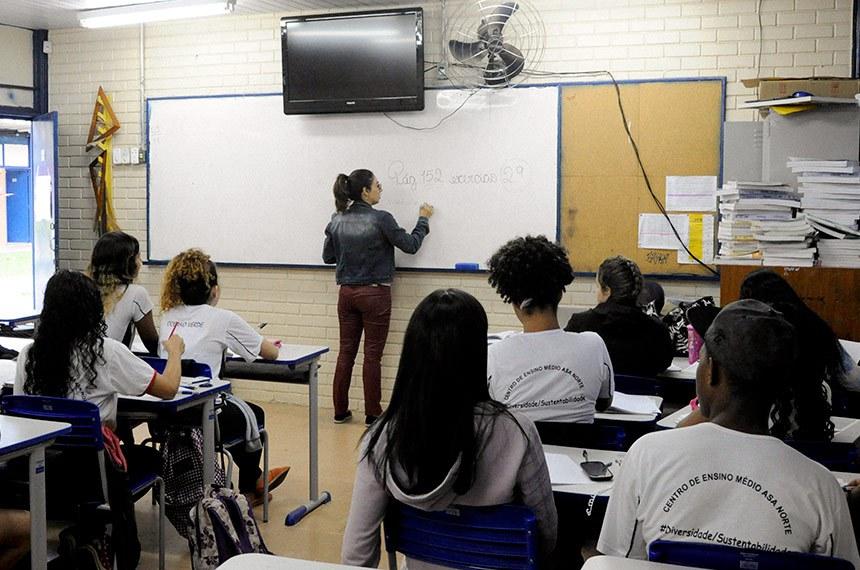 """Centro de Ensino Médio da Asa Norte (CEAN), Brasília/DF.   A comissão mista responsável pela análise da medida provisória que reestrutura o Ensino Médio (MP 746/2016) realiza ciclo de audiências públicas para discutir a medida provisória.   A MP 746 promove mudanças na grade curricular do Ensino Médio, permitindo que os sistemas locais de ensino organizem, de maneira própria, a oferta dos conteúdos da Base Nacional Comum Curricular, criando estruturas de módulos, créditos ou disciplinas. Além disso, a MP expande a grade horária, das atuais 800 horas por ano para 1.400.   Outra mudança trazida pela MP é a dispensa da necessidade de diploma de licenciatura para os professores da educação básica. Pelo texto, podem ser contratados profissionais pelo critério de """"notório saber"""" para ministrar aulas que tenham relação com a sua formação específica.   Foto: Pillar Pedreira/Agência Senado"""