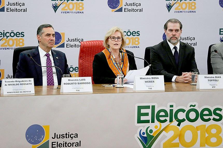 O ministro do STF Roberto Barroso, a presidente do Tribunal Superior Eleitoral (TSE), Rosa Weber, e o presidente do STF, Dias Toffoli, durante divulgação do resultado do primeiro turno da eleições de 2018.