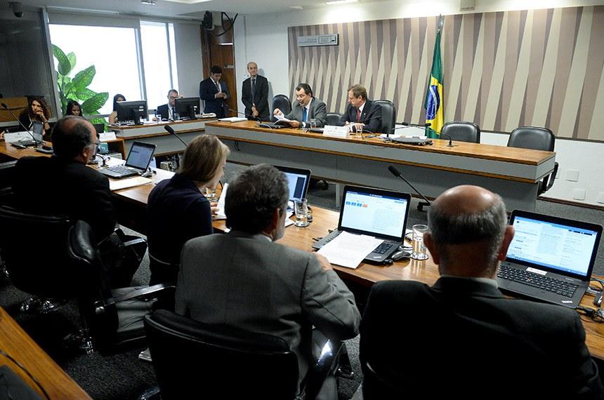 Comissão de Serviços de Infraestrutura (CI) realiza reunião deliberativa com 04 itens. Entre eles: PLC 77/2018.   Mesa:  relator do PLC 77/2018, senador Eduardo Braga (MDB-AM);  vice-presidente da CI, senador Acir Gurgacz (PDT-RO).  Foto: Jefferson Rudy/Agência Senado