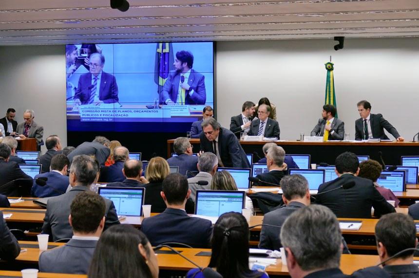 Comissão Mista de Planos, Orçamentos Públicos e Fiscalização (CMO) realiza reunião deliberativa extraordinária para tratar sobre matérias orçamentárias.   Mesa: deputado Vicentinho Júnior (PR-TO); relator do Projeto de Lei de Diretrizes Orçamentárias (LDO), senador Dalirio Beber (PSDB-SC);  presidente da CMO, deputado Mário Negromonte Jr. (PP-BA);  secretário da comissão.  Foto: Roque de Sá/Agência Senado