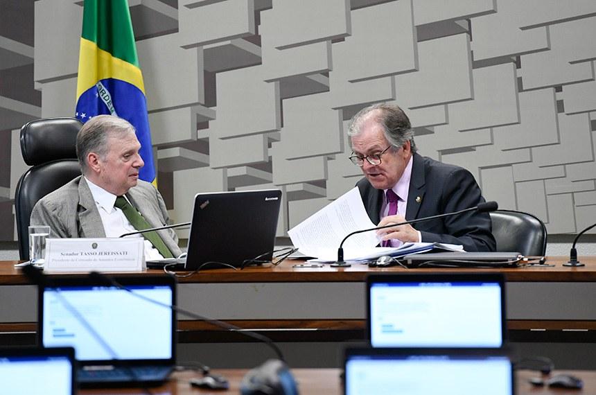Comissão de Assuntos Econômicos (CAE) realiza reunião para discussão e votação das emendas ao PLN nº 27/2018-CN, que estima a receita e fixa a despesa da União para o exercício financeiro de 2019, a serem apresentadas à Comissão Mista de Planos, Orçamentos Públicos e Fiscalização. Reunião foi adiada.   Mesa: presidente da CAE, senador Tasso Jereissati (PSDB-CE); senador Dalirio Beber (PSDB-SC).  Foto: Edilson Rodrigues/Agência Senado