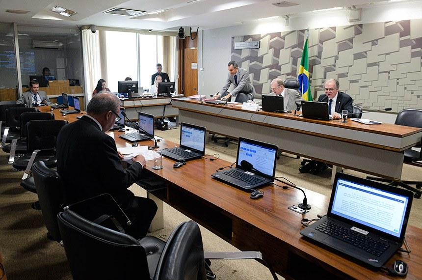 Comissão de Assuntos Econômicos (CAE) realiza: 1ª PARTE: apreciação das emendas ao PLOA 2019; - 2ª PARTE deliberativa com 12 itens, entre eles, o PLC 28/2012, que incentiva a implantação de bibliotecas.  Mesa: presidente da CAE, senador Tasso Jereissati (PSDB-CE); senador Dalirio Beber (PSDB-SC).  À bancada, senador Armando Monteiro (PTB-PE).  Foto: Pedro França/Agência Senado