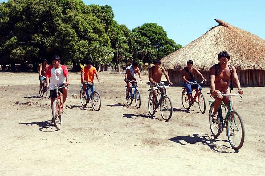 Marcello Casal Jr/ABr  Alto Xingu (MT) - Índios de bicicleta. Festa do Kuarup, na aldeia Kamayurá. (Foto Marcello Casal Jr./ABr)