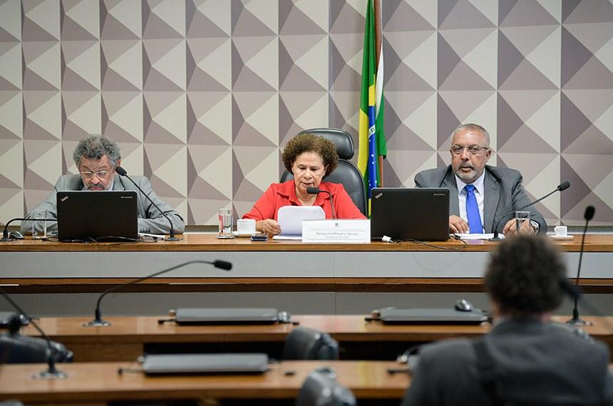 Comissão de Direitos Humanos e Legislação Participativa (CDH) realiza:1ª PARTE: apreciação das emendas ao PLOA; - 2ª PARTE: 27 itens na pauta, entre eles, o PLS 382/2011, que trata da instalação de brinquedo em shoppings para criança com deficiência.  Mesa: senador Paulo Rocha (PT-PA); presidente da CDH, senadora Regina Sousa (PT-PI). vice-presidente da CDH, senador Paulo Paim (PT-RS);  Foto: Pedro França/Agência Senado